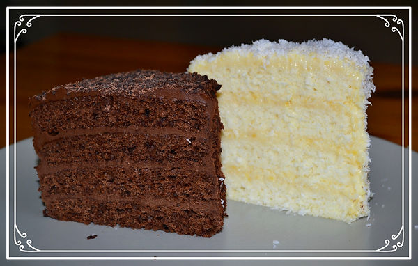 """Торт """"Инь-Ян""""  Торт символизирует единство противоположностей, гармониюмужскогои женского начала.Двасамодостаточных торта,плотный шоколадный, с ярким насыщенным вкусом, и легкий кокосовый с нежным кремом,прекрасныкаждый по себе, но вместе создают поистине невыразимый вкус. Домашняя выпечка Светланы Коноваловой."""