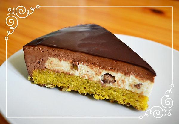 """Торт """"Тыквенное семечко"""".Просто невероятный торт! Грильяж с молочным шоколадом, бисквит с тыквенным пюре и фундуком, сливочный крем с нугой - тыквенное семечко присутствует здесь повсеместно!  Нежнейший шоколадный мусс и хрустящие карамелизированные тыквенные семечки - два основных вкуса и две основных текстуры, которые восхитительно дополняют друг друга. Подобно романскому храму, этот торт скромен снаружи, но великолепен своим внутренним наполнением.   Домашняя выпечка Светланы Коноваловой"""