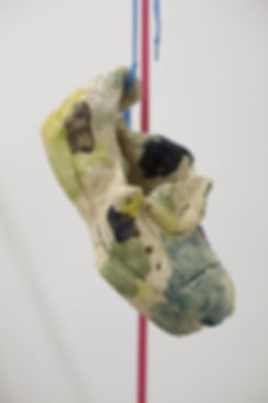 Lorenza-Boisi,-Urban-Ritual,-2016,-ceramica-e-lacci-da-scarpe,-dimensioni-variabili-3.jpg