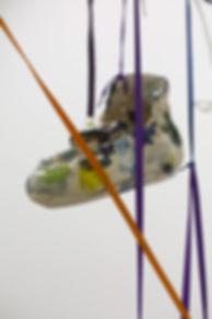 Lorenza-Boisi,-Urban-Ritual,-2016,-ceramica-e-lacci-da-scarpe,-dimensioni-variabili-4.jpg