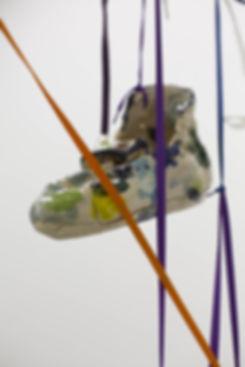 Lorenza-Boisi,-Urban-Ritual,-2016,-ceramica-e-lacci-da-scarpe,-dimensioni-variabili-2.jpg