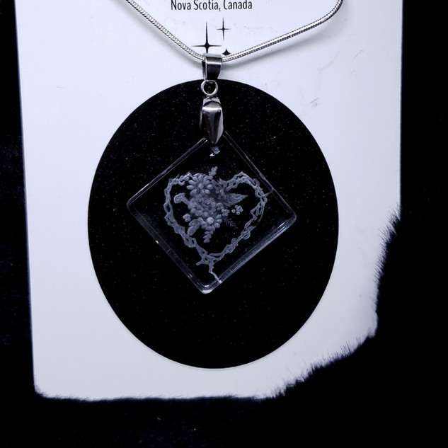 Glass engraved heart necklace with bouquet