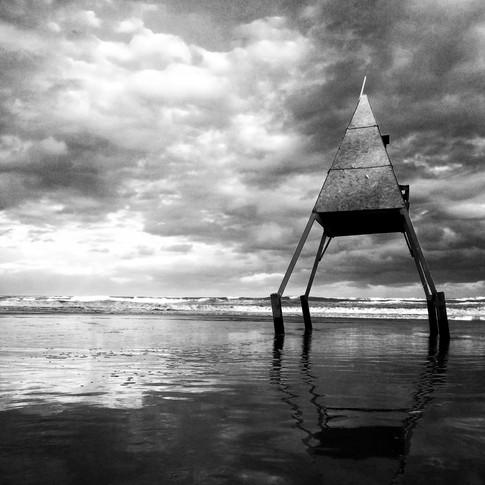"""""""Nas ondas da praia Nas ondas do mar Quero ser feliz Quero me afogar.  Nas ondas da praia Quem vem me beijar? Quero a estrela-d'alva Rainha do mar.  Quero ser feliz Nas ondas do mar Quero esquecer tudo Quero descansar.""""  Estrela da Manhã   - Manuel Bandeira -"""