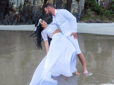 """""""Eu e você somos uma forma de expressão do amor de Deus. É mais que te querer. O nosso amor é mais que a primavera em flor e algo assim, muito além da terra, céu e mar.""""   - Rosa de Saron -"""
