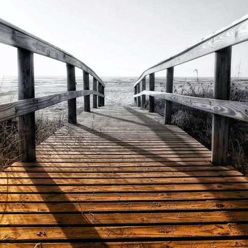 """""""Ninguém pode construir em teu lugar as pontes que precisarás para atravessar o rio da vida – ninguém, exceto tu, só tu.""""  - Friedrich Nietzsche -"""