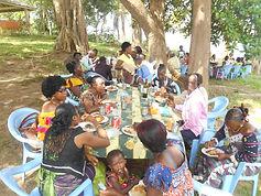 Fête des Familles du Caillou Blanc à Songon M'Brathé, l'heure du déjeuner
