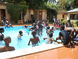 Chaque mois une sortie piscine est organisée pour les enfants du Caillou Blanc à Yopougon Abidjan Côte d'Ivoire