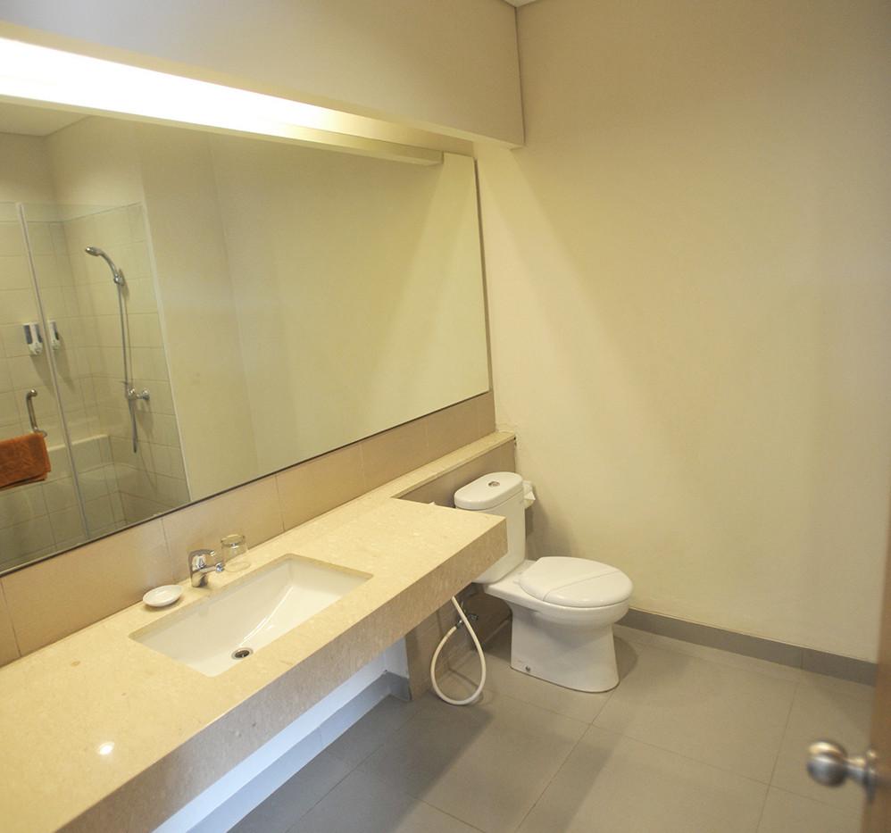 bathroom deluxe room laut biru pangandaran
