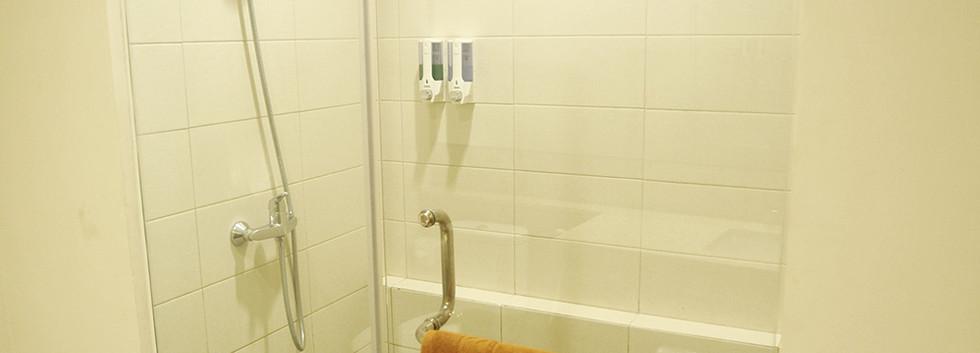deluxe room bathroom laut biru hotel pangandaran