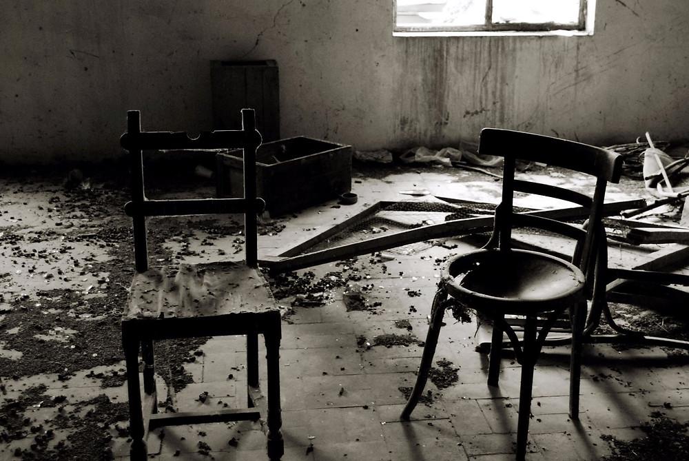 Foto de dos sillas en blanco y negro realizada por Oihane Pérez