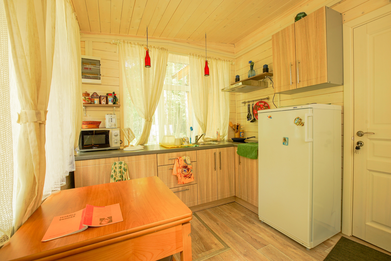 Кухня: холодильник, плита, посуда