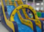 Toboggan gonflable bleu et jaune