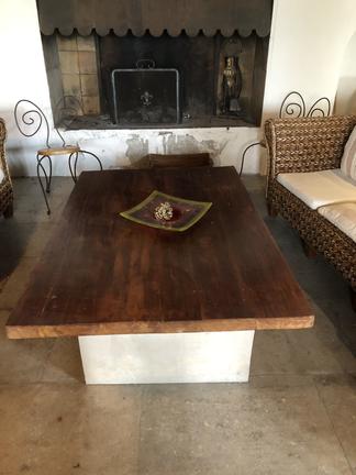 Table salon en bois exotique sur pierre