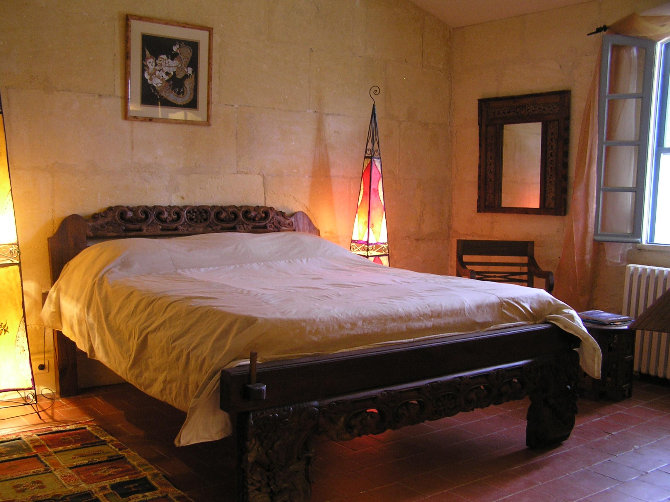 Un lit immense,
