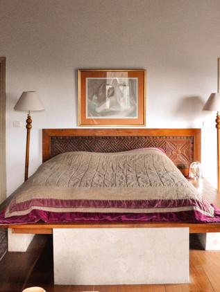 Lit en bois exotique avec tête de lit sculpté