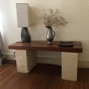 Console basse : plateau bois exotique sur 2 pierres