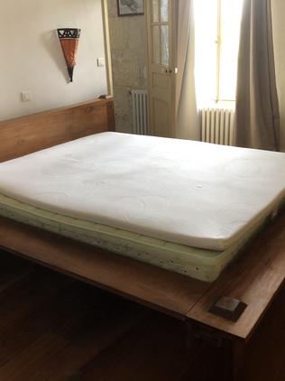Lit en bois exotique avec tête de lit