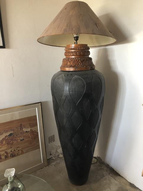 Vase sculpté avec chapiteau monté en lampe
