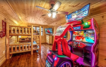 Can't Bear to Leave cabin Arcade game view with bunkbeds, Gatlinburg tn