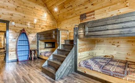 Cabin near Anakeesta in Gatlinburg TN, the Mighty Crabapple, bunkbeds, kids bedroom view