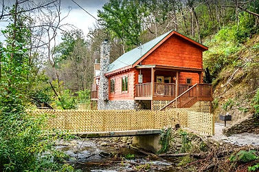 River Song, Gatlinburg Cabin Rental near Anakeesta and downtown Gatlinburg, river view and exterior