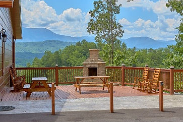 Large cabin in Pigeon Forge, outdoor firepit on deck with views