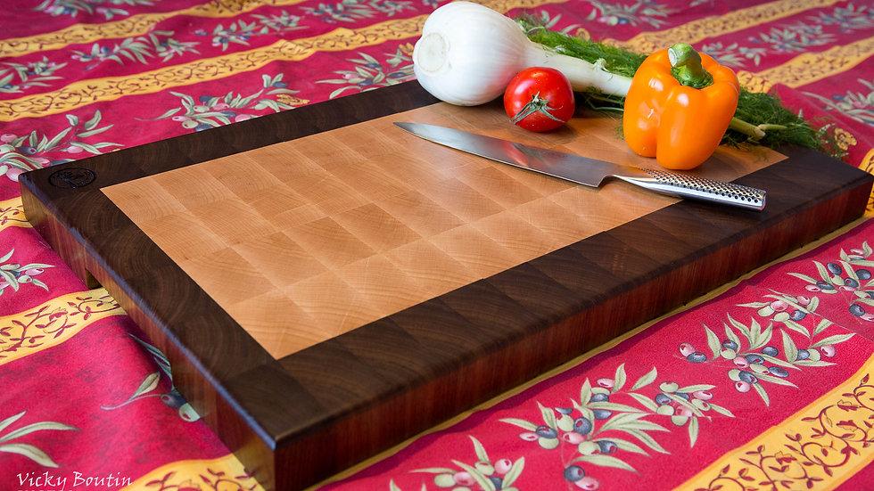 Planche à découper en bois debout, centre en érable et contour en noyer.
