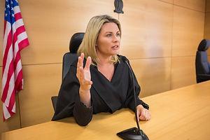 stern-judge-speaking-court_13339-117393.