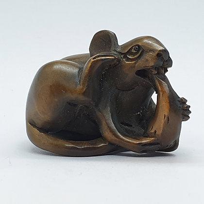 Boxwood netsuke - Mouse eating