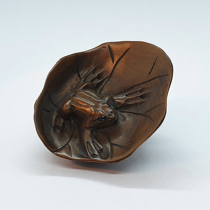 Boxwood netsuke - Two frogs on a leaf