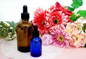 花と美容液の入った瓶