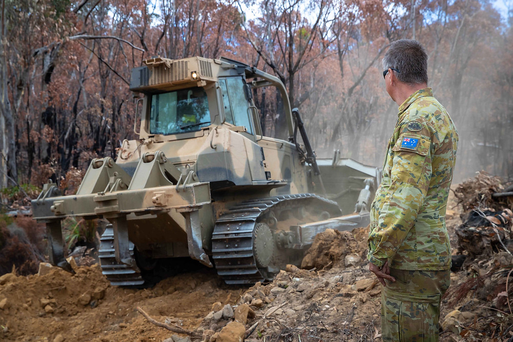 The Australian Army, together with AWC, Kangaroo Island Land for Wildlife and the Doube family clearing the fenceline to create a cat-free refuge. | © Brad Leue/AWC