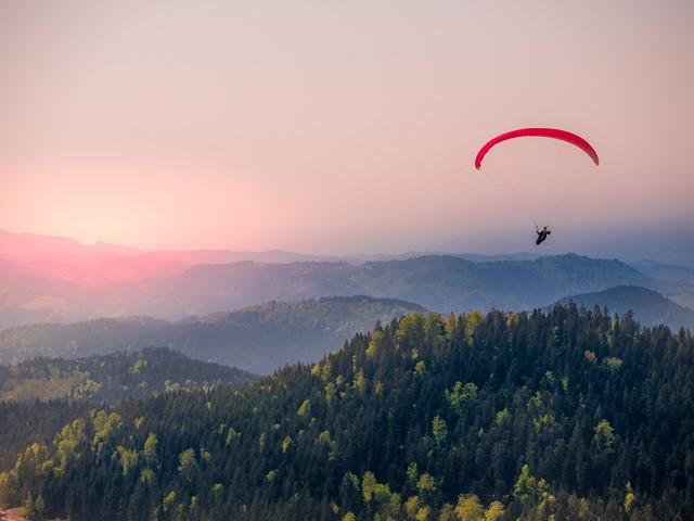 paragliding-4175520_1920_web.jpg