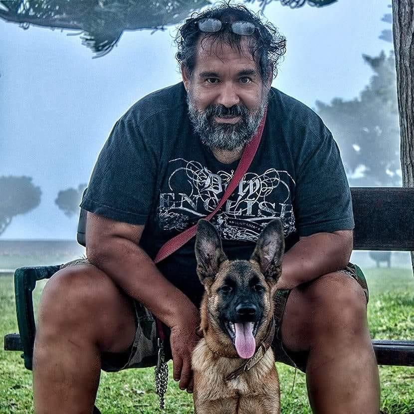 Em memória de  Armando Alcazar Dorador, tio de Denis Cisneros,  um dos seus mestres na Falcoaria.