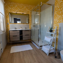La salle de bain jaune privative