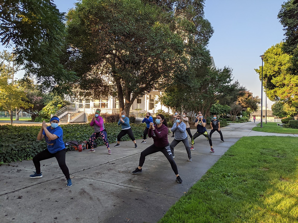 Group doing dance workout outdoors (muevete)