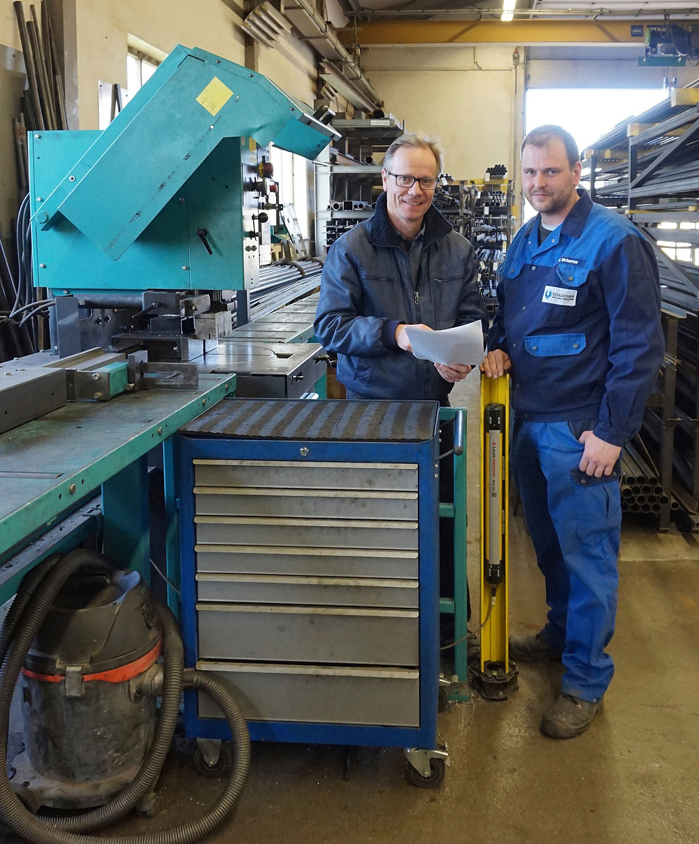 Firmenchef Thomas Schleicher (l.) bespricht sich mit Metallbauer Stefan Melzener an der Kreissäge KKS 400 H.