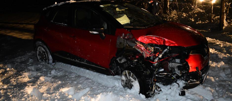 FF Esternberg zu Verkehrsunfall alarmiert, nachdem KFZ durch Eisglätte gegen Baum geschlittert war