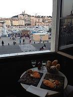 マルセイユ旧港とノートルダム・ドゥ・ラ・ガルド景色
