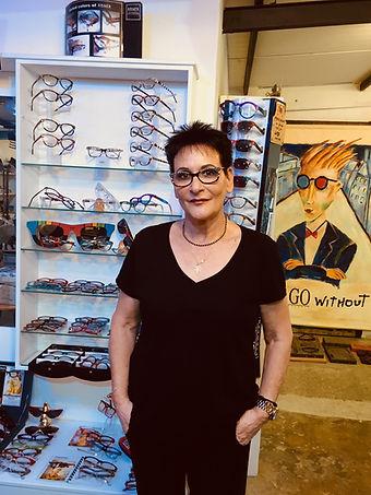 מעצבת משקפיים
