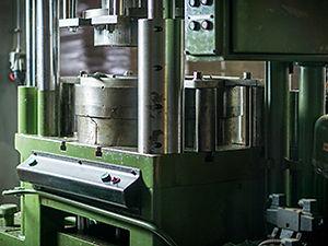 Teneke ve metal şekillendirmede kullandığımız büyük hidrolik presimiz