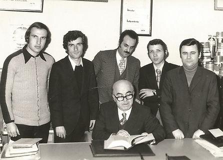 Amir Teneke Kutu kurucusu Adem Aktaş Ak-İş Muhasebe'nin yazıhanesinde yeğenleri ve çalışanları ile beraber