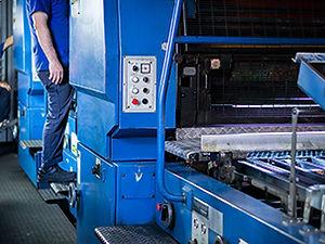 Teneke kutuların baskısını yaptığımız ofset baskı makinemizde ustalarımız çalışırken