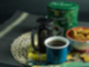 Teneke kutuda filtre kahve, french press ve kase içerisinde kurabiyeler