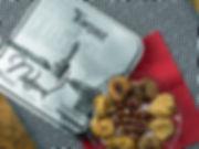Tahta masa üzerinde çanak içerisinde sunulan incir ve teneke kutusu