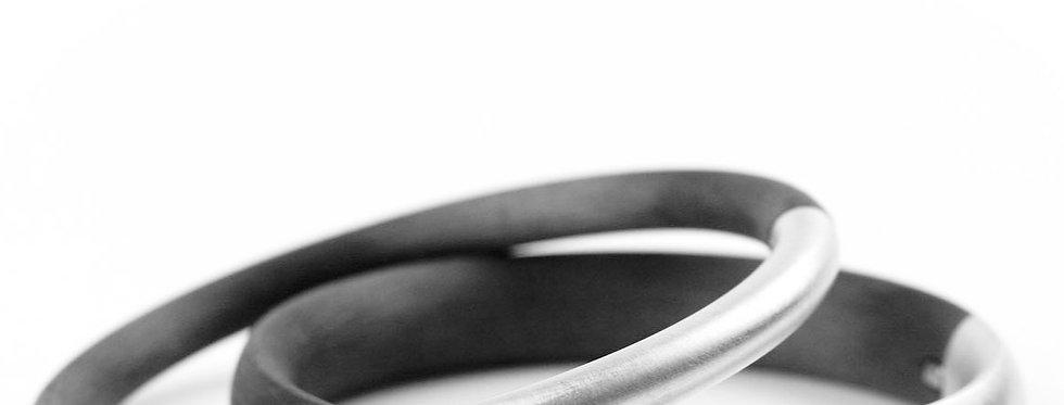 Schmale Armreifen aus Silber und Carbon
