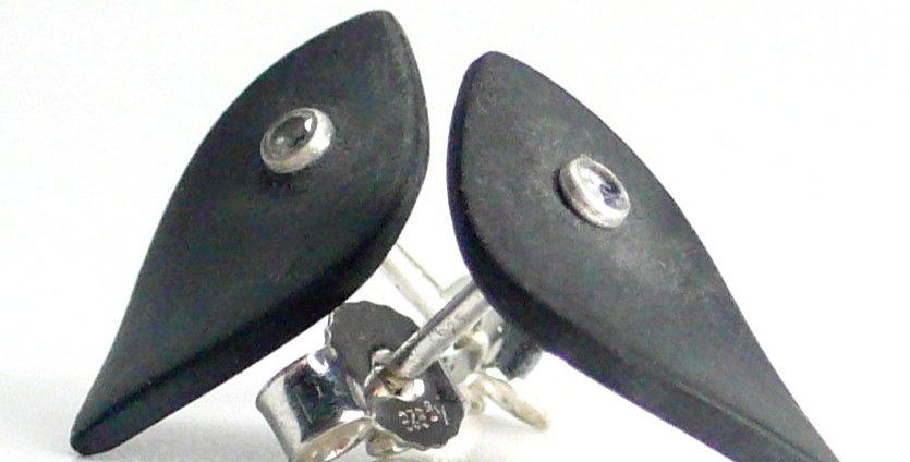 Kleine Blattförmige Carbon Ohrstecker mit Zirkonia
