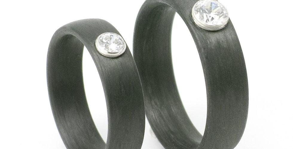 Carbonring mit aufgesetztem Zirkonia in Silberfassung