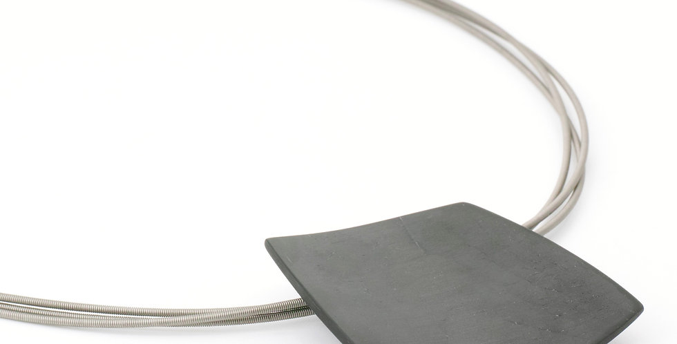 Collier mit trapezförmigem Anhänger aus Carbon