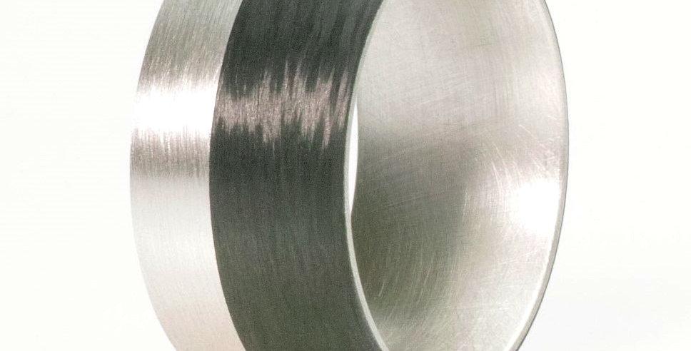 Breiter, gerundeter Ring aus Carbon und Silber/Titan